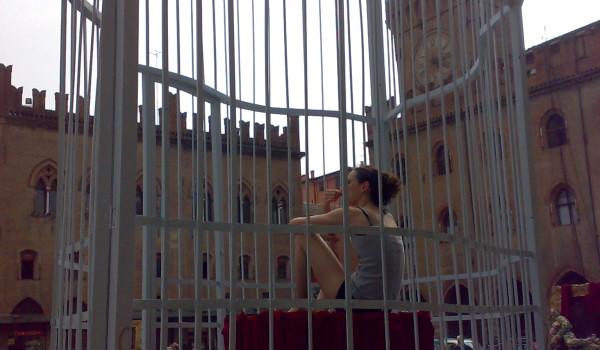 ballerina_gabbia_piazza_maggiore