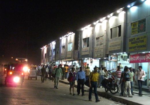 Fuori dalla stazione di Dehli (India)