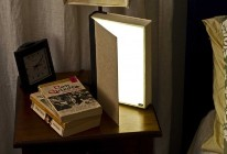 libro lampada sul comodino