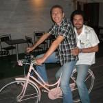 Giorgio Pozzi porta Massimo Vitali in bicicletta a Ravenna ...