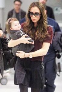 la piccola Harper Beckham rigurgita al JFK Airport l'8 febbraio 2012