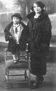 Il piccolo Pier Paolo Pasolini (1922 - 1975) con la madre Susanna Colussi (1891 - 1981)