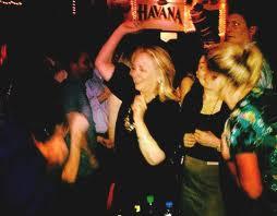 Hillary Clinton scatenata all'Havana Club di Cartagena
