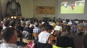 Tedeschi guardano la partita in chiesa