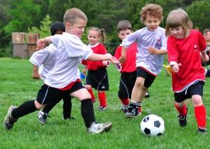 bambini che giocano a pallone. maschi e femmine insieme