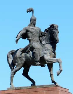 Statua di Manas a cavallo