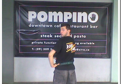 Gionata in Nuova Zelanda 2008. Davanti a un ristorante, non a una rivendita di prodotti idraulici.