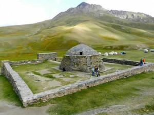 La fortezza di Tash Rabat e un campo di yurte