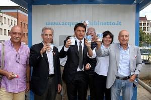 Matteo R. beve l'acqua del fontanello Isolotto