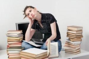 studente-nervoso-e-preoccupato-ragazza-seduta-sul-banco-tra-i-suoi-libri