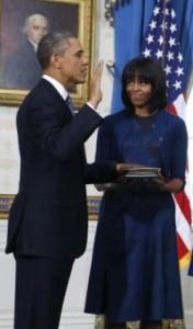 Barack Obama giura sulle bibbie di Lincoln e M. Luther King. E ama la frangetta di Michelle.