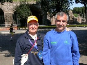 Paolo col padre Sergio Agnoli a fine maratona a Roma