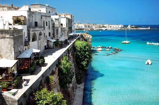 Otranto ha 5.568 abitanti. Situato sulla costa adriatica della penisola salentina, è il comune più orientale d'Italia: il capo omonimo, chiamato anche Punta Palascìa, a sud del centro abitato, è il punto geografico più a est della penisola italiana.