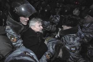 Limonov arrestato il 31 dicembre 2012 durante una manifestazione anti - Putin