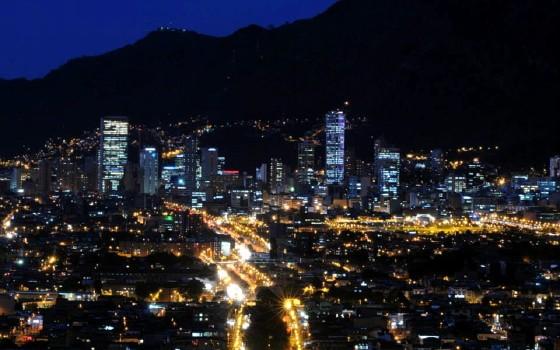 Veduta notturna di Bogotá. L'area metropolitana conta circa 9 milioni di abitanti.