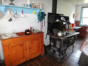 E la cucina: lavello e angolo cottura.