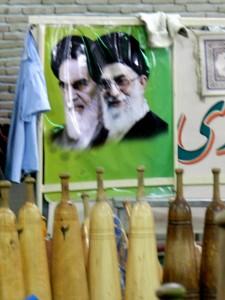 Gli ayatollah sullo sfondo e i mils in primo piano