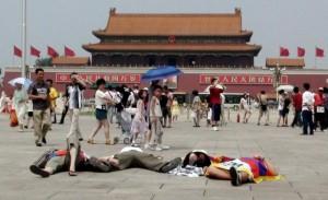 Protesta pro Tibet in piazza Tienanmen, in Havaianas