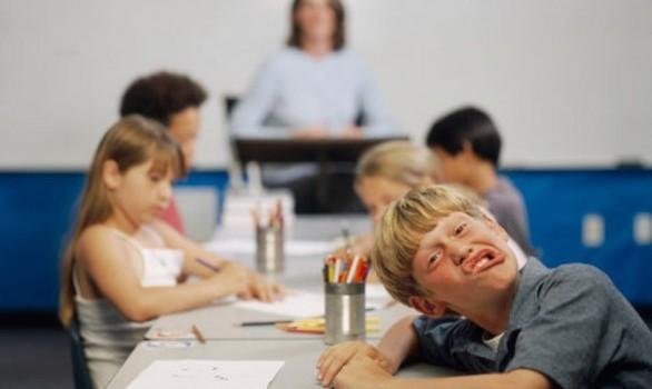 bambini-distratti-scuola-cosa-fare-586x441