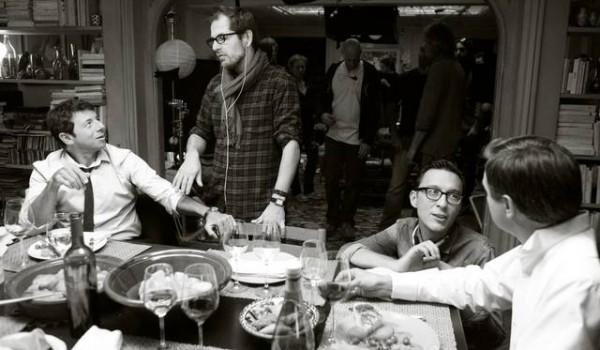 cena-tra-amici-patrick-bruel-matthieu-delaporte-alexandre-de-la-patellire-foto-dal-set-2_mid