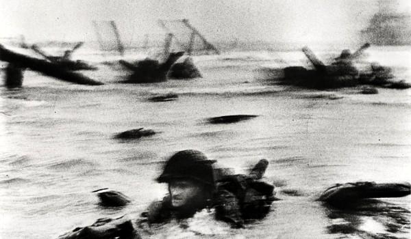 """""""The soldier in the surf"""" (letteralmente: """"Il soldato nella schiuma""""), la più famosa delle 'magnifiche undici"""" scattate da Capa a Omaha Beach  [foto di Robert Capa]"""