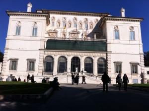 Galleria Borghese con sole e cielo di un bell'azzurro romano