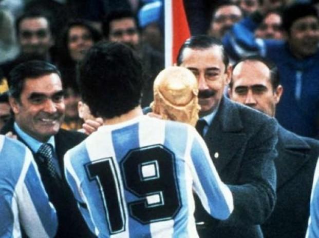Il generale Videla consegna al capitano Passarella la coppa del mondo 1978