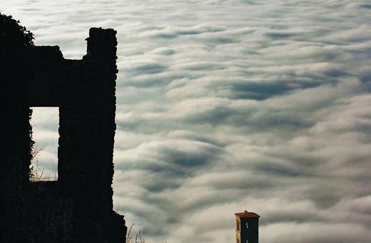 Cortona tra la nebbia