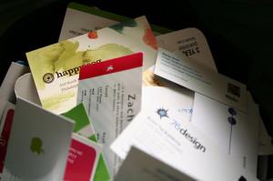Lui teneva in mano dei biglietti da visita riciclati...