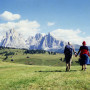 ghirri_coppia_walking_Alpe_Siusi