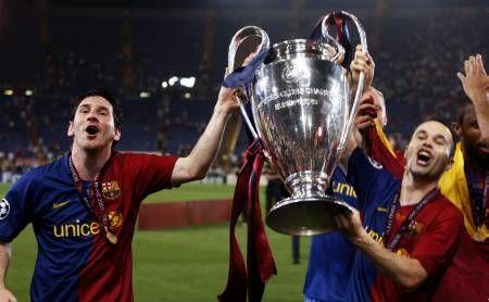 Messi e Iniesta alzano la Coppa dei Campioni dopo la finale vinta contro il Manchester United nel 2009