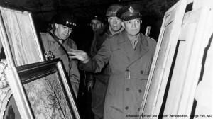 Il generale americano Eisenhower ispeziona un deposito di opere d'arte ritorivate