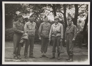 Walker Hancock, Lamont-Moore, George Stout insieme a due soldati a Marburg, in Germania, nel 1945