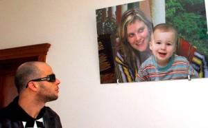 Azouz guarda una foto della sua famiglia. Il tunisino è stato espulso dall'Italia per droga.