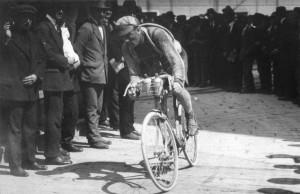 Agostoni durante la Milano-Sanremo. Ecco come si correva cento anni fa.