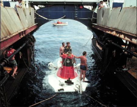 """I sommozzatori preparano """"Alvin"""" sul pontone della barca ospitante (Courtesy of WHOI Archives)."""