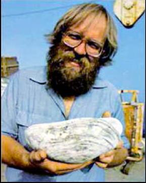"""Lo scienziato John B. Corliss """"culla"""" una vongola gigante recuperata nel 1977 sulla dorsale delle Galapagos. [foto: Emory Kristof]"""