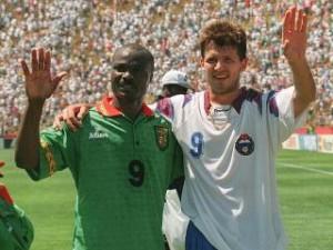 Milla e Salenko alla fine di Russia-Camerun.