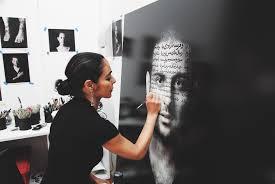 L'artista iraniana Shirin Beshat al lavoro su una delle sue opere