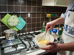 Con uova, sale, burro, latte e farina prepariamo la pastella...