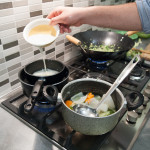 preparazione della fonduta di pecorino, in basso il brodo vegetale
