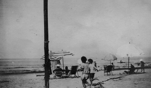 Due bambini corrono sulla spiaggia.