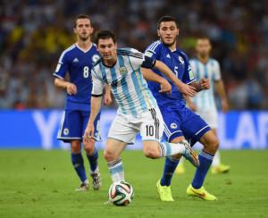 Messi non è Maradona? Forse perché usa solo i piedi.