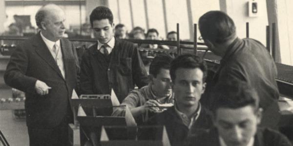 Adriano Olivetti coi dipendenti.