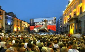 Festival del Fil Locarno (Svizzera) Se ti piace il cinema, ma anche le montagne, l'acqua, le birre e l'ordine, allora in agosto il Festival del Film Locarno è il posto più bello del mondo. E io ci sono andato per 11 (undici) anni consecutivi.