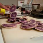 Peliamo le patate vitellotte, sciacquiamole e, con una mandolina o un coltello affilato, tagliamole a rondelle
