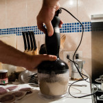 Quando la salsa si sarà condensata divenendo una crema liquida versiamola nel mixer e mixiamo