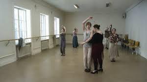 Piano sequenza nella sala da ballo