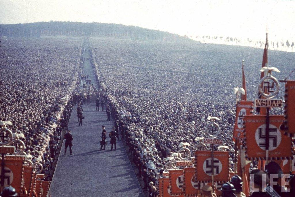 Un'adunata nazista. Hitler rimase al potere in Germania dal gennaio 1933 al maggio 1945.