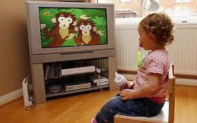 bambini davanti alla televisione